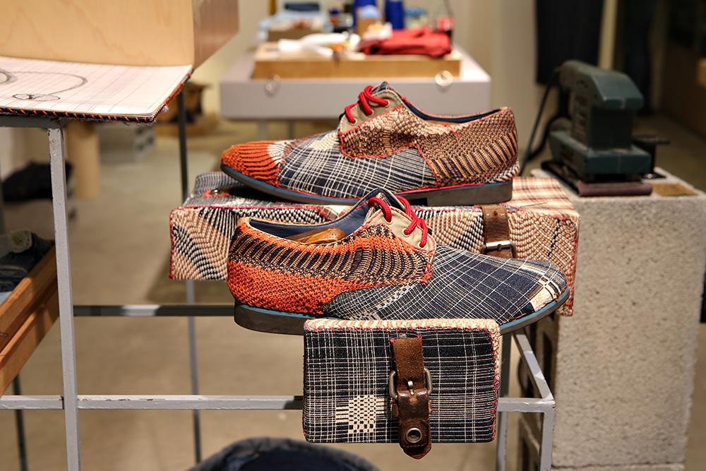 נעליים עם התערבות של שניידרמן. צילום: אחיקם בן יוסף
