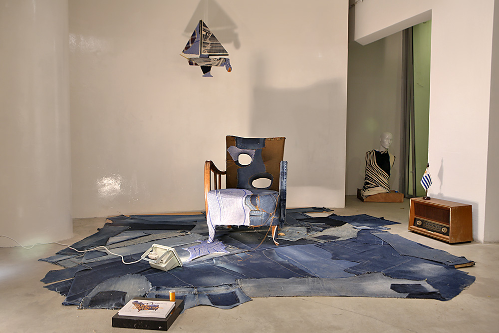 כורסה ושטיח מכנסי ג'ינס. צילום: אחיקם בן יוסף