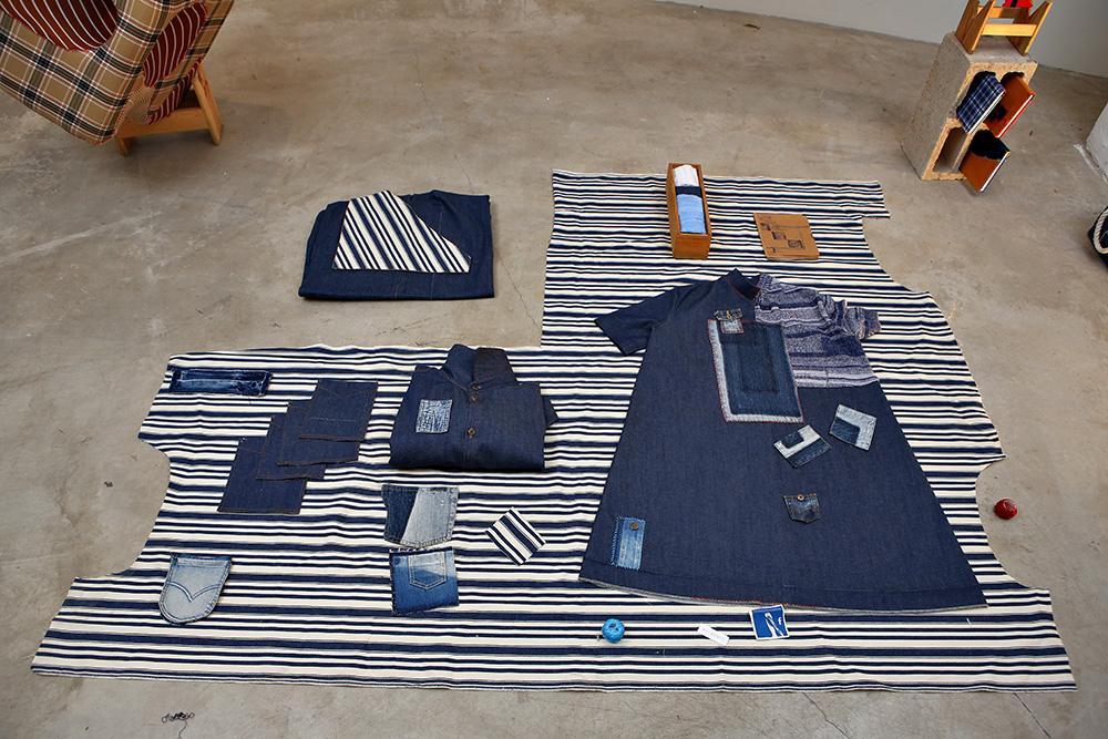 בגדים של בנג'ו ושניידרמן פרוסים על הרצפה. צילום: אחיקם בן יוסף