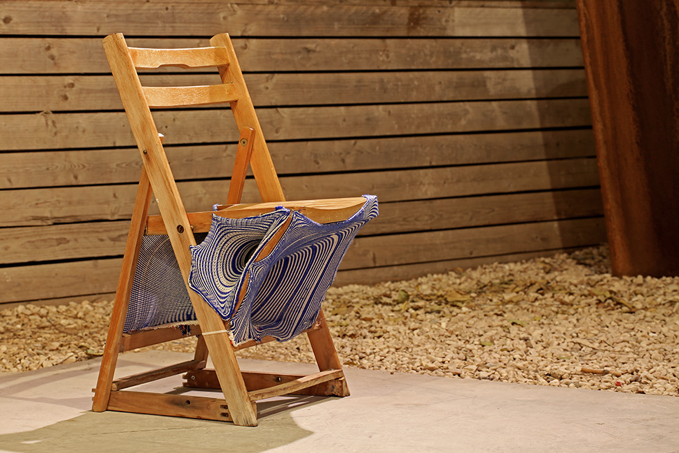 כיסא עם התערבות בטקסטיל. צילום: אחיקם בן יוסף