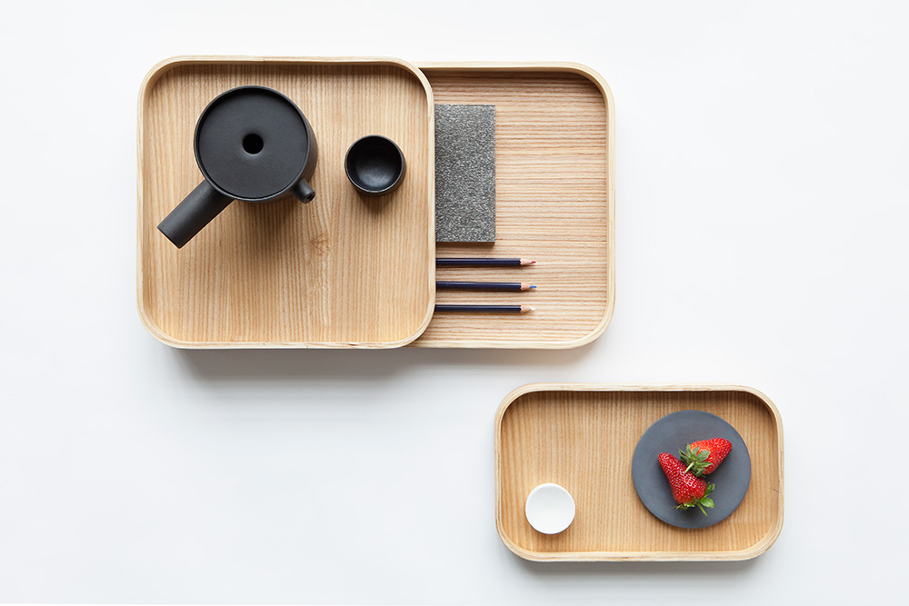Piippu, ספל הפורצלן זוכה פרס Muoto, מתאים לתה ולקפה. Trays Ask, מערכת מגשים מעץ מילה, עוצבה למסעדת Ask בהלסינקי. צילום: Chikako Harada