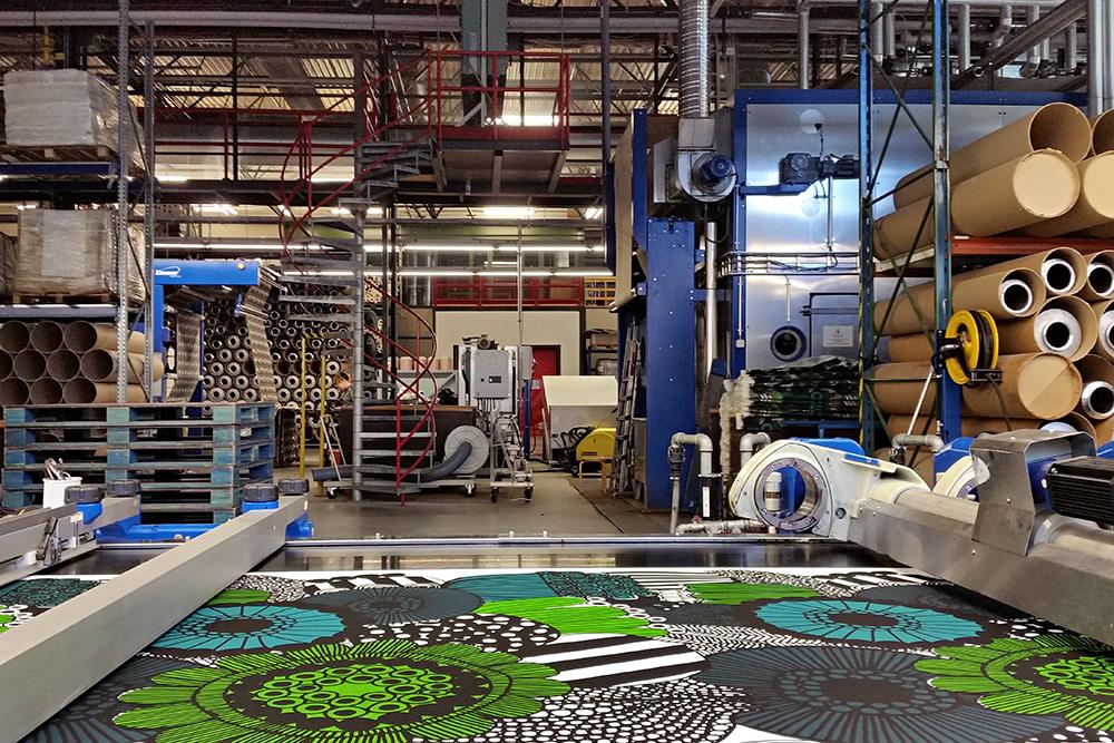 במפעל של מרימקו. מכונת הדפוס בפעולה