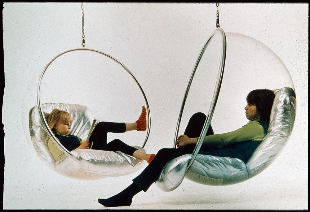 הבנות של ארניו בכיסא הבועה. צילום מארכיון ארניו באדיבות מוזיאון העיצוב של הלסינקי