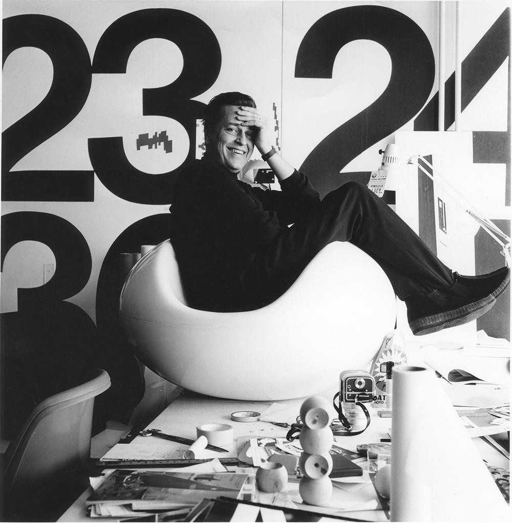 ארניו יושב בכיסא הפסטילי בסטודיו, 1968. צילום: Pirkko Aarnio