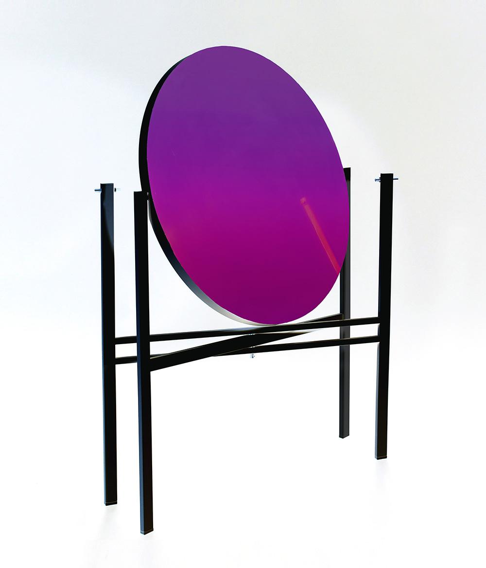כשהוא מתקפל, הופך המשטח של Kuu משולחן למראה. עיצבה Elina Ulvio, החברה השלישית בקולקטיב העיצוב Luomo