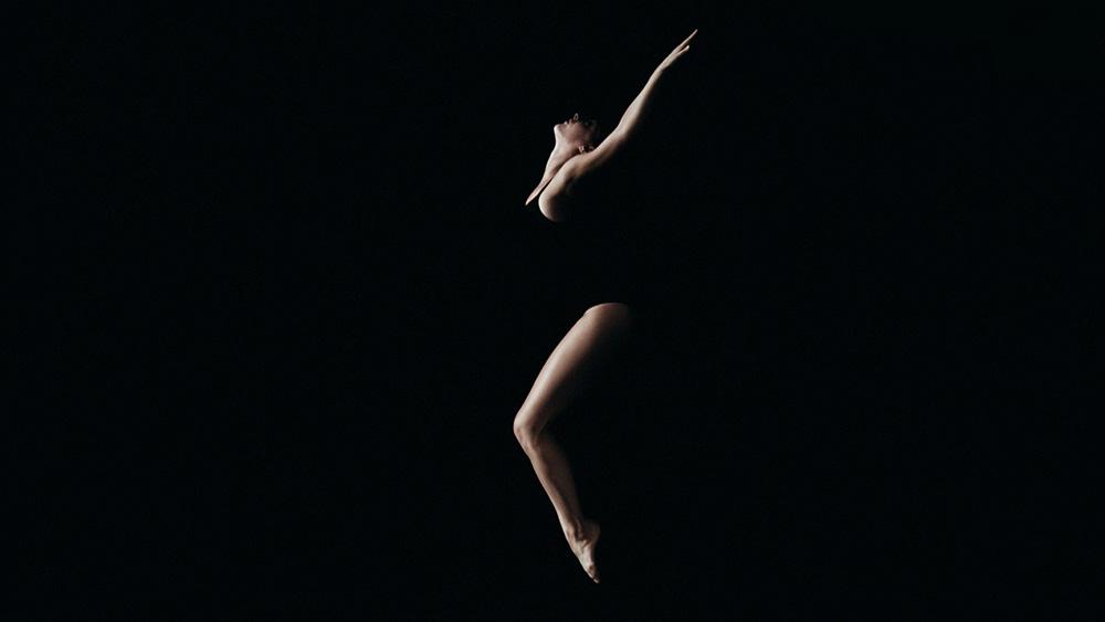 מתוך Falling, עבודת הווידאו האקספרימנטלית של אנטוניו צ'רמונטה ומוזיקה של אדריאנו קירולי (איטליה)