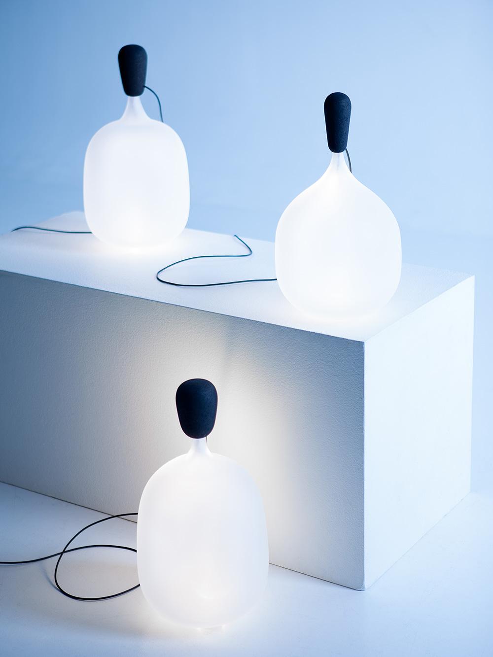 Henki, מנורת השולחן מזכוכית חלבית, מזכירה להייקילה את האווירה המיסטית השורה בסיפורי המיתולוגיות המסורתיים. צילום: Aleksi Tikkala
