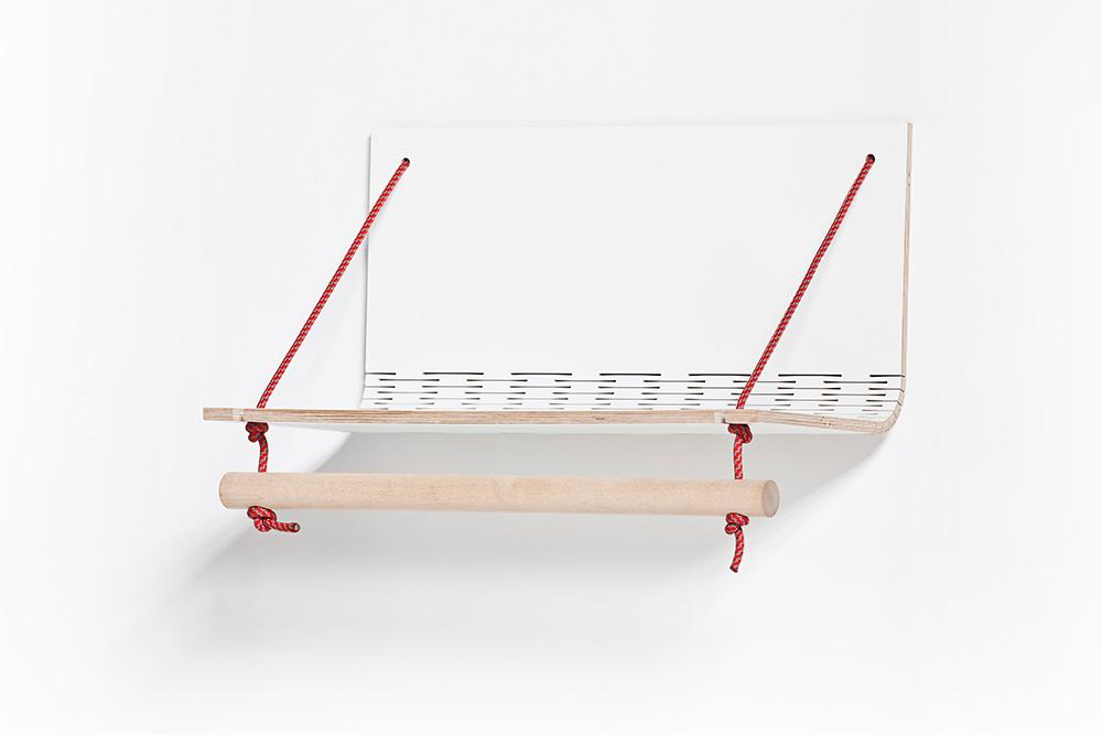 Taneli Kakkonen, ריקו טויבונן. חירוץ הפורניר מספק למדף ולמתלה המעילים גמישות ומאפשר להשטיחו אל הקיר כשאין בו צורך, ולספקו באריזה שטוחה