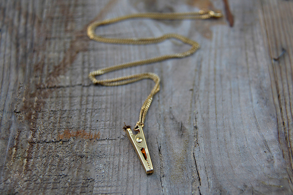 Joli.לשרשרת מצרפים הסינגרים קליפס תעשייתי כתליון שיכול להחזיק אלמנט דקורטיבי אהוב. צילומים: קרן סינגר
