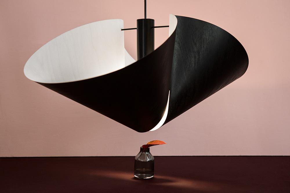 את Vuono, מנורה מפורניר מטוסים איכותי ודקיק, עיצבה פיטקיארווי עם אנה-קרינה הייקילה, חברתה לקבוצת העיצוב Luomo Collective. צילום: Kimmo Metsäranta