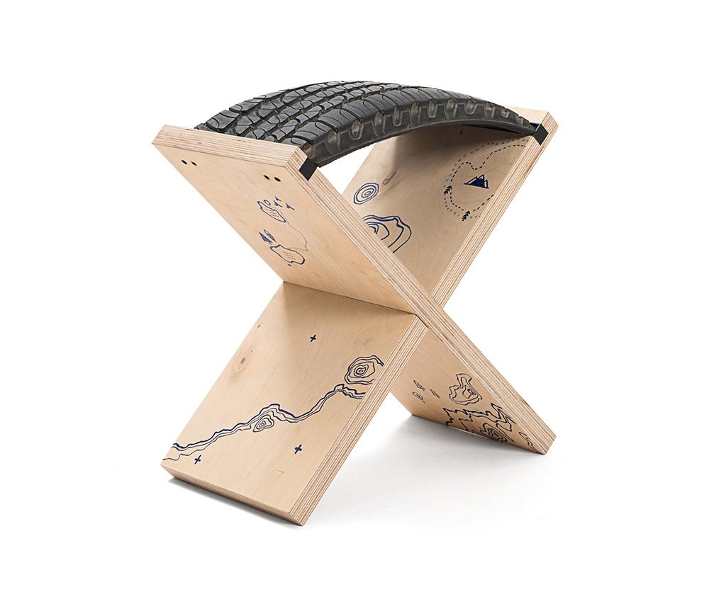 """X stool, הגרסה המאוירת שהוצגה בתערוכת """"רהיטים מאוירים"""" שאצרה מיכל ויטל בגלריה פרימיטיב בשבוע האיור 2016. איור: עדן וייץ. צילום: שחר פליישמן"""