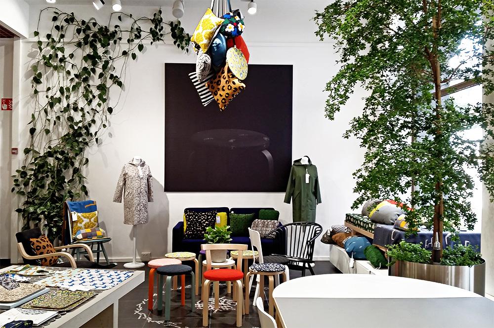 הטקסטיל של מינה פירונן עם הרהיטים של ארטק בסניף הדגל של החברה הפינית בלב הלסינקי. צילום: sn