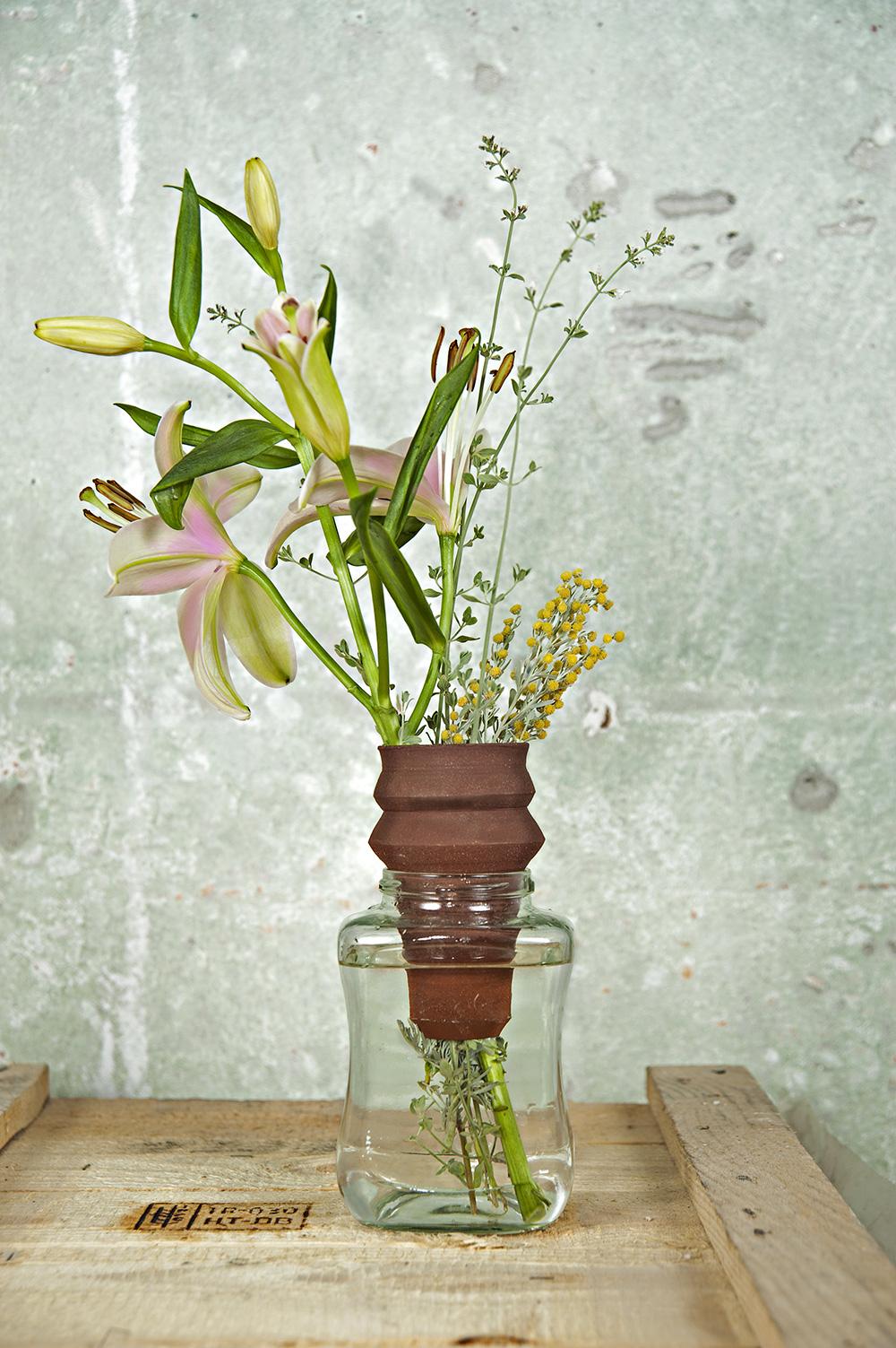 האגרטלים של הדר לוי. אובייקטים קרמיים ייחודיים מתלבשים על צנצנות הזכוכית הסטנדרטיות. צילומים: עדו אדן