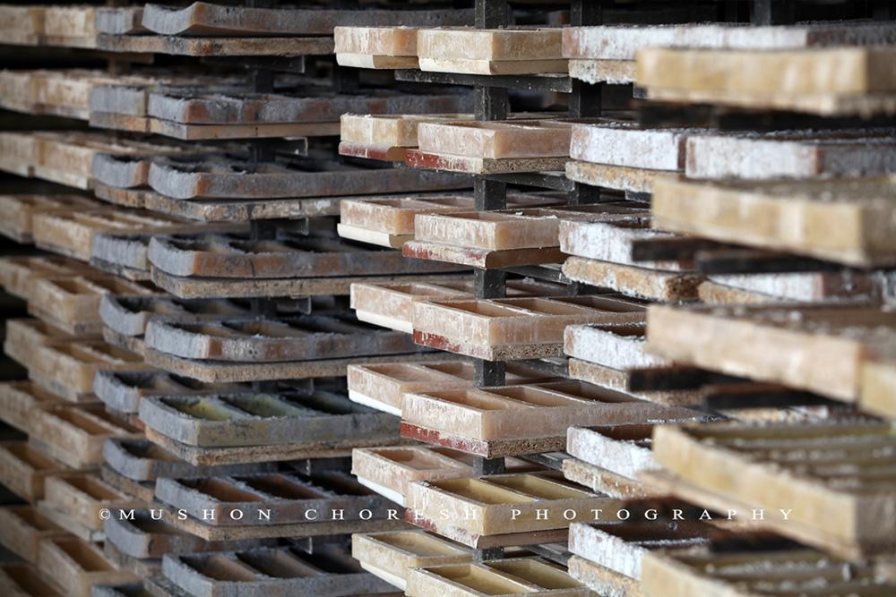 תבניות הסיליקון על מעמדים במפעל. צילומים: מושון חורש