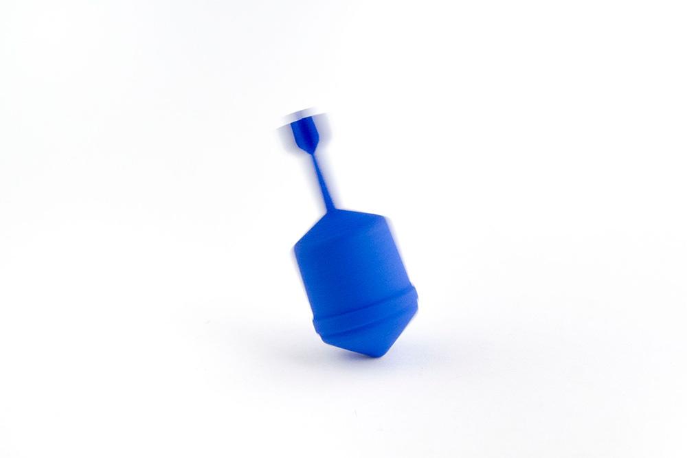 טיל סביבון כחול מסתובב