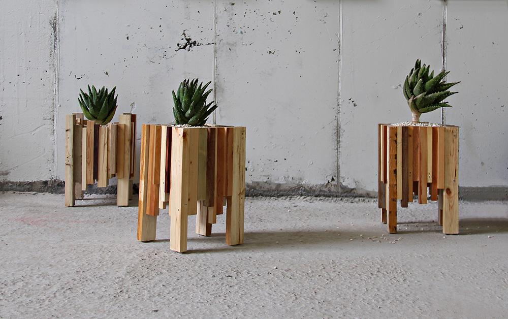 מכפיסי עץ הם יוצרים מיכלי שתילה