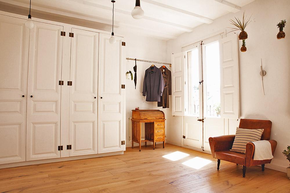חדר השינה של ההורים. דלתות הבית המקוריות נצבעו בלבן ושובצו בארון הבגדים