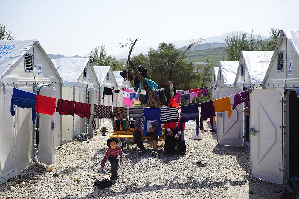 יחידות המחסה Better Shelter במחנה הפליטים קארה טפה בלסבוס, יוון, מרס 2016