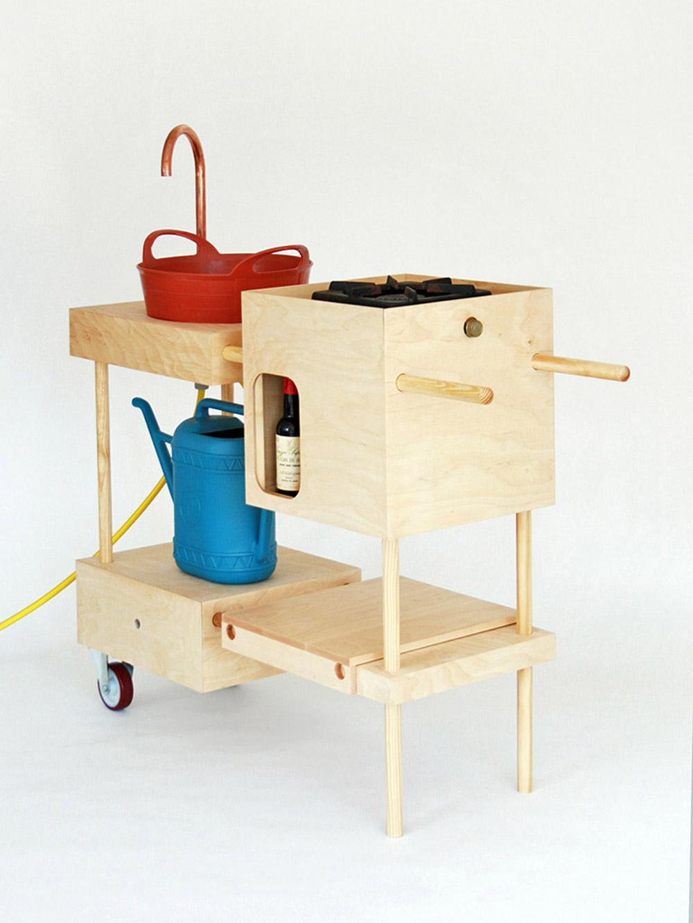 המטבח של נינה טולסטרופ, אוצרת התערוכה. תמורת עשר לירות שטרלינג תוכלו לרכוש את הוראות ההרכבה ולבנות לכם מטבח משלכם