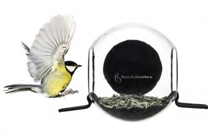 פלסטיק ממוחזר עם וו ואקום. Born In Sweden, מתקן להאכלת ציפורים